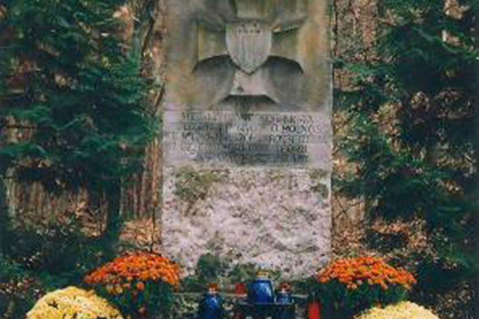 Symboliczny obelisk Szarych Szeregów