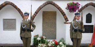Tablica upamiętniająca rozstrzelanie we wrześniu 1939 r. 21. żołnierzy i 7 mieszkańców Piaseczna