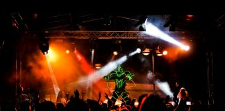 Podczas Housepital w Piasecznie występom dj-skim towarzyszą pokazy laserowe. Foto: Piotr Michalski