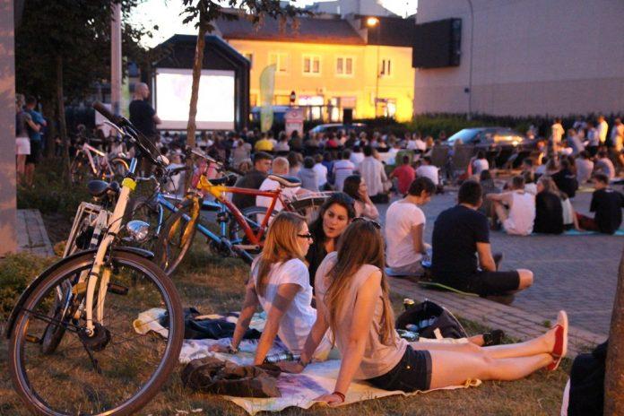 Kino plenerowe na parkingu w centrum miasta