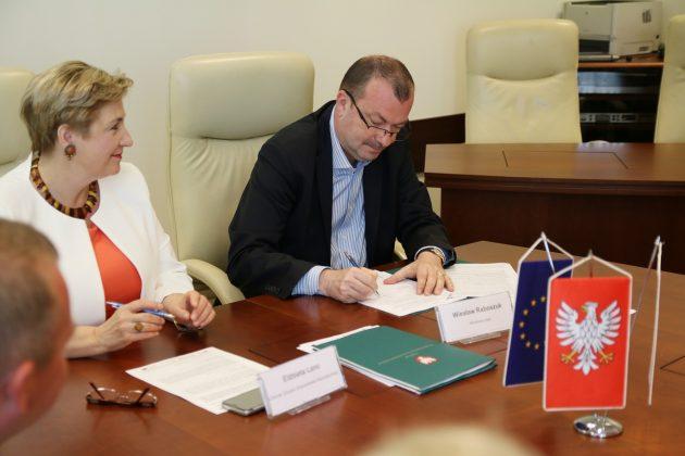 umowę podpisuje wicemarszałek Wiesław Raboszuk oraz członek zarządu WM Elżbieta Lanc