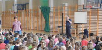 Policjant prowadzący zajęcia edukacyjne w szkole. Fot. KPP Piaseczno
