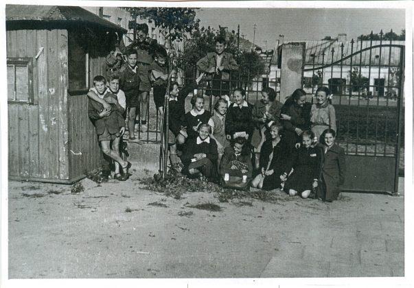 Zbiórka przed religią przy ogrodzeniu kościoła św.Anny. Rok 1955