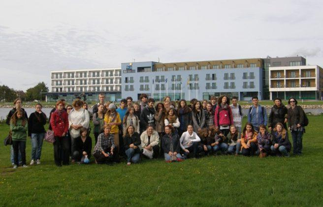 Uczestnicy wymiany prze hotelem, w którym byli zakwaterowani w Kuressaare na wyspie Saaremaa.