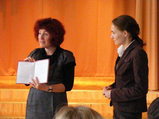 Manager do spraw rozwoju szkoły w Tabasalu wręcza Wiceburmistrz Piaseczna Honoracie Kalicińskiej pamiątkowy dzienniczek.