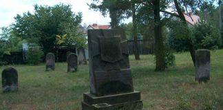 Obelisk w miejscu rozstrzelania w latach 1942-1944 Polaków i Żydów