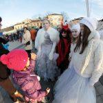 Świąteczne postacie tworzą atmosferę na miejskim rynku