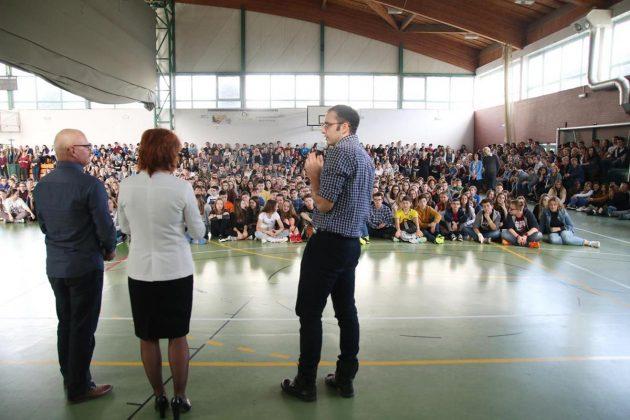Uczniowie żegnają dyrektora
