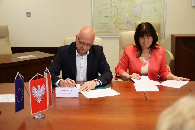 umowę podpisuje Burmistrz UMiG Piaseczno Zdzisław Lis oraz Skarbnik Agnieszka Kowalska