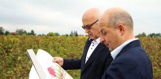 Burmistrz Zdzisław Lis oraz Wiceburmistrz Daniel Putkiewicz oglądają pozyskany grunt - foto.Anna Grzejszczyk
