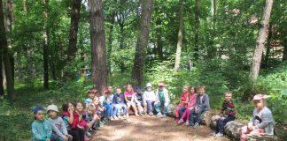 W kręgu ciszy przedszkolaki nasłuchują odgłosów leśnych ptaków