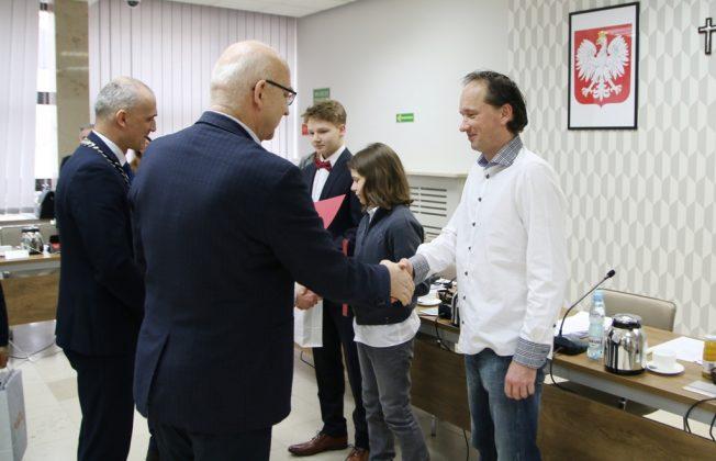 Burmistrz gratuluje trenerowi Mario Trnovsky'emu, foto Anna Grzejszczyk
