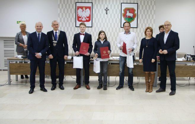 Uhonorowani tenisiści w władzami Gminy Piaseczno, foto Anna Grzejszczyk