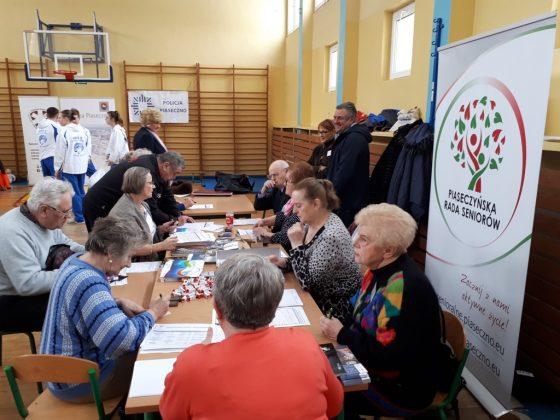 Finał akcji - wyrabianie Karty Seniora, fot. UMiG Piaseczno