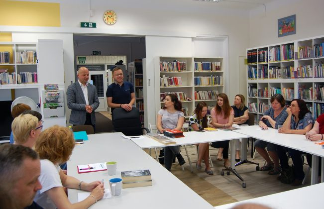 I Zastępca Burmistrza - Daniel Putkiewicz złożył życzenia wszystkim pracownikom biblioteki