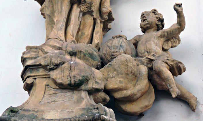 Putto z globusem i wody Wełtawy fragment rzeźby z kościoła św. Anny w Piasecznie. Fot: Małgorzata Szturomska