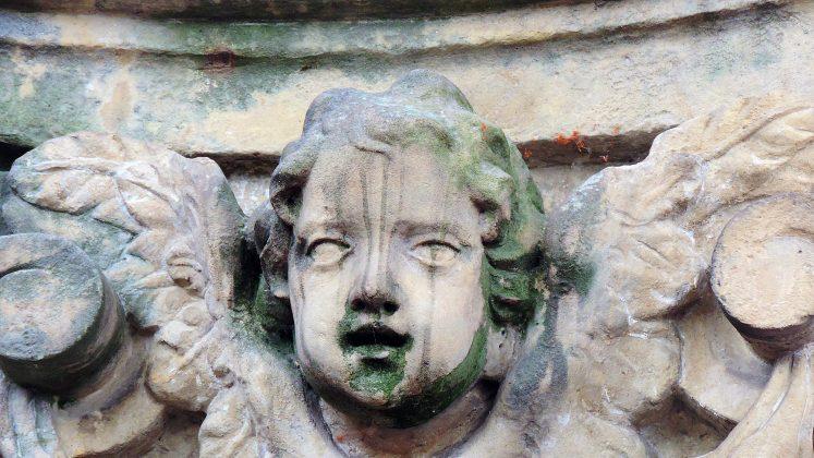 Cokół rzeźby św. Jana Nepomucena z kościoła św. Anny w Piasecznie. Głowa anioła (putta). Fot: Małgorzata Szturomska