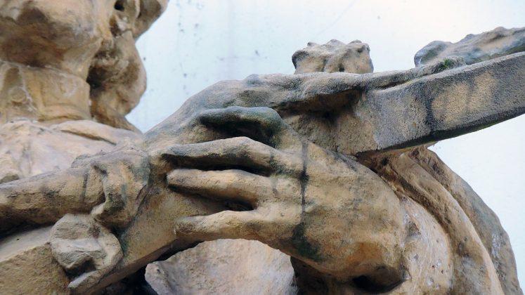 Dłonie figury św. Jana Nepomucena, charakterystyczny dla rzeźbiarza układ długich palców. Fot: Małgorzata Szturomska