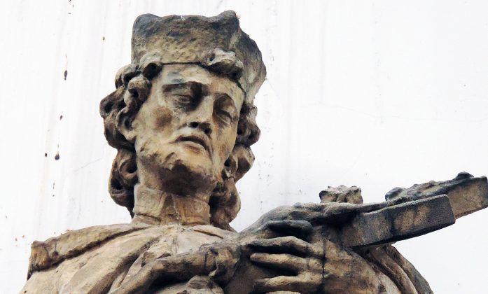 Piękna twarz figury św. Jana Nepomucena z lekkim zarostem, na głowie biret. Fot: Małgorzata Szturomska