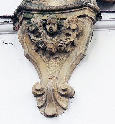 Głowa anioła (putta) w girlandzie z kwiatów, cokół. Fot: Małgorzata Szturomska