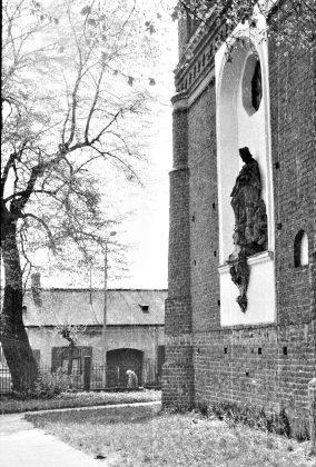 Zdjęcie z lat 70. XX w. Ściana wschodnia kościoła w Piasecznie. Fot: Jacek Mrówczyński