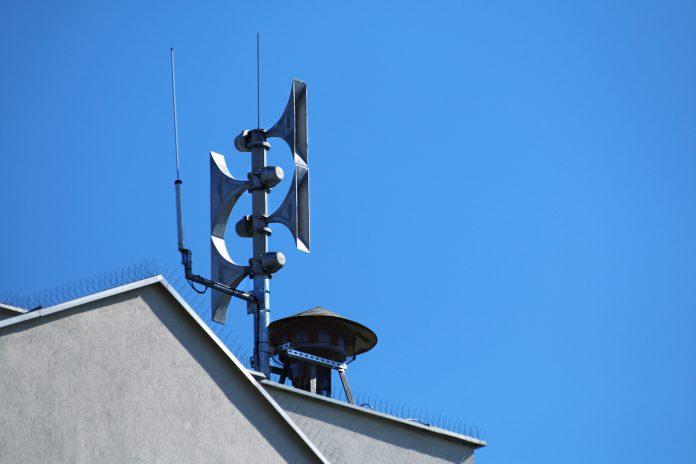 Syreny alarmowe na dachu Przystanku Kultura w Piasecznie