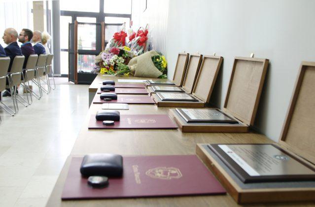 medale i tabliczki dla Zasłużonych