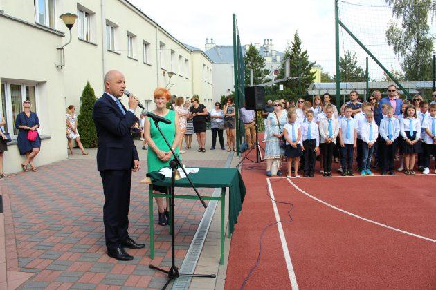 Wiceburmistrz Daniel Putkiewicz wita uczniów szkoły w Chylicach
