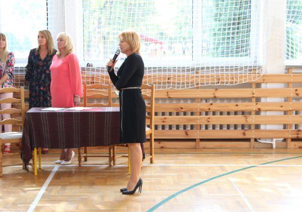 Wiceburmistrz Hanna Kułakowska-Michalak podczas rozpoczęcia roku szkolnego w Złotokłosie