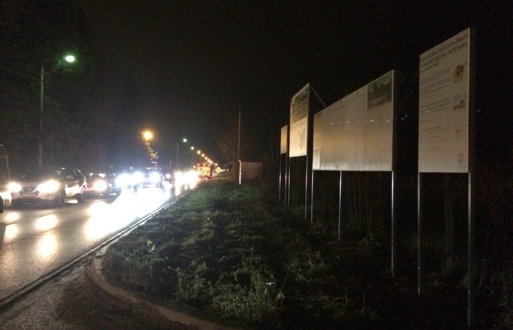 W nocy wystawa plenerowa jest dobrze widoczna z aut stojących w wieczornym korku w stronę miasta na ul. Chyliczkowskiej