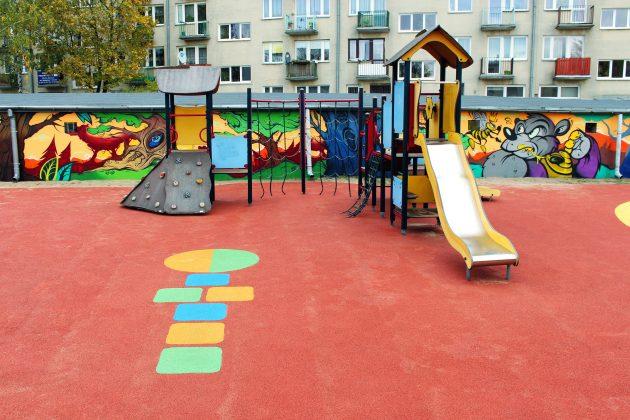 Pomalowana ściana przy placu zabaw Fabryczna w Piasecznie