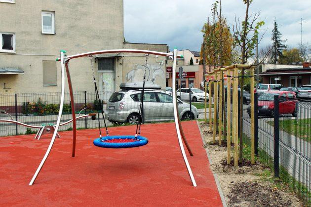 Nowe drzewa przy placu zabaw Fabryczna w Piasecznie
