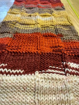 Licytacja szalików z akcji yarnbombing na rzecz WOŚP