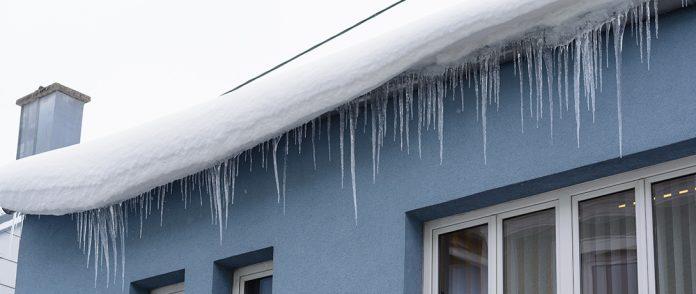 MSWiA przypomina o obowiązku odśnieżania dachów