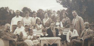 Rodzina Bursche w ogrodzie w Chyliczkach, ul. Przesmyckiego
