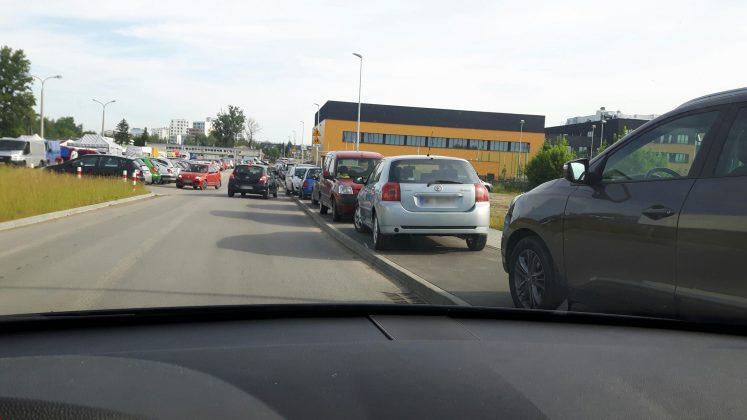 Niewłaściwe parkowanie aut na ścieżce rowerowej na ul. Żytniej, foto: Michał Baran