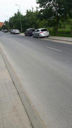 Niezgodne z przepisami parkowanie na chodniku -ul. Jarząbka, foto: Michał Baran