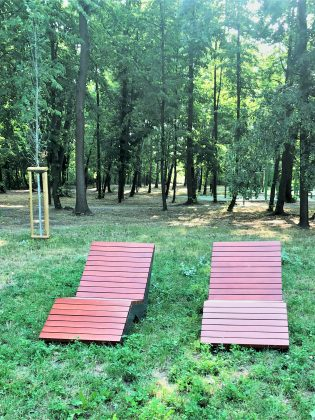 Leżaki miejskie w Parku przy Ogrodowej w Józefosławiu