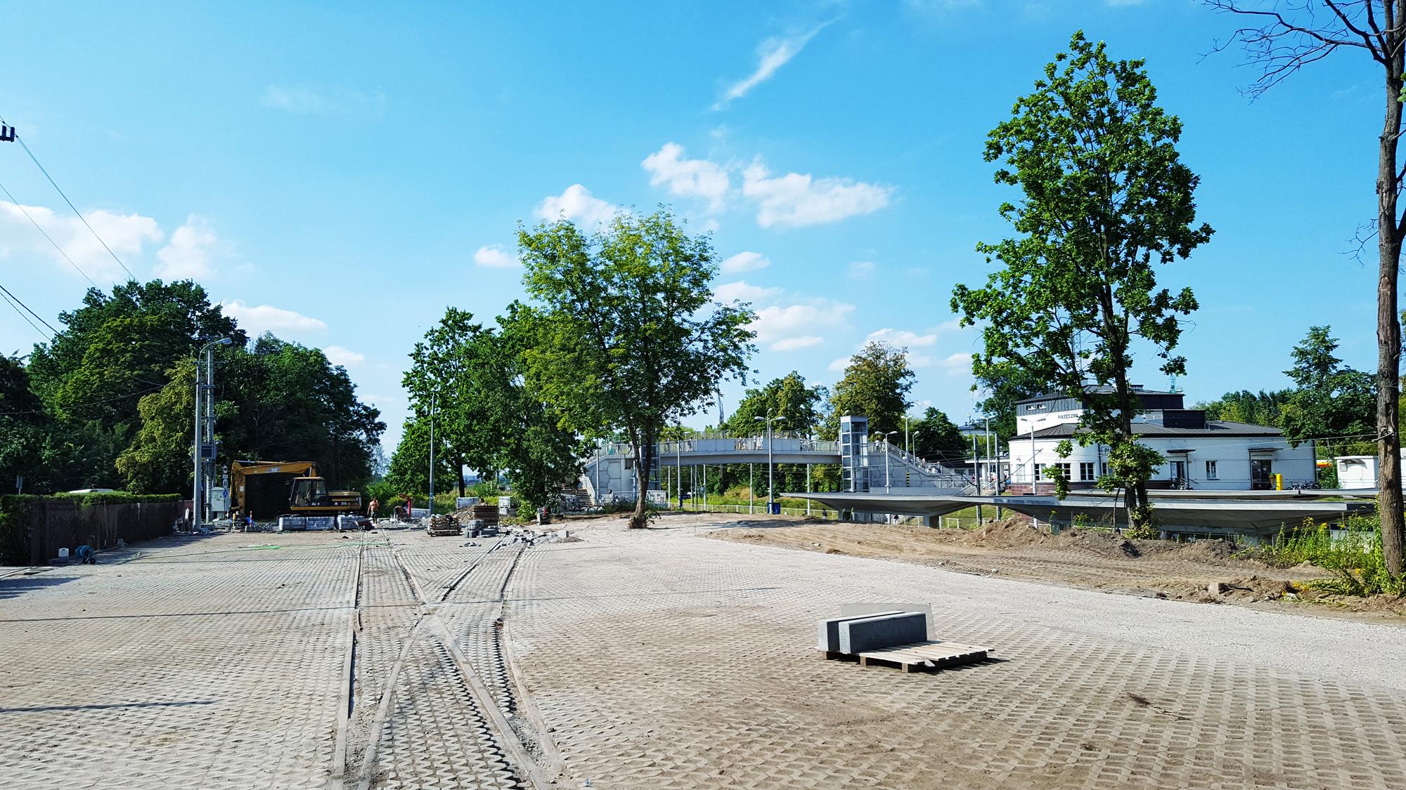 Powstają miejsca postojowe wzdłuż peronów przy ul. Reymonta