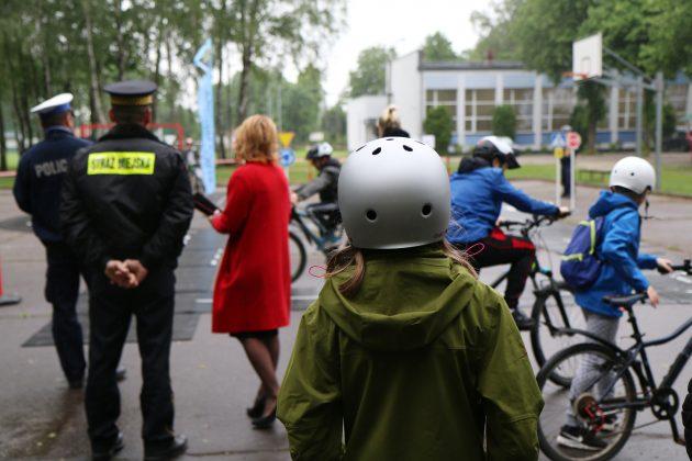 Straż Miejska z miasteczkiem rowerowym podczas egzaminu na kartę rowerową