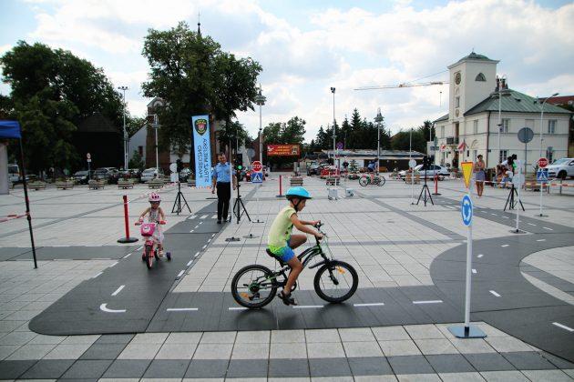 Straż Miejska i miasteczko ruchu drogowego na Rynku w Piasecznie szkoli dzieci