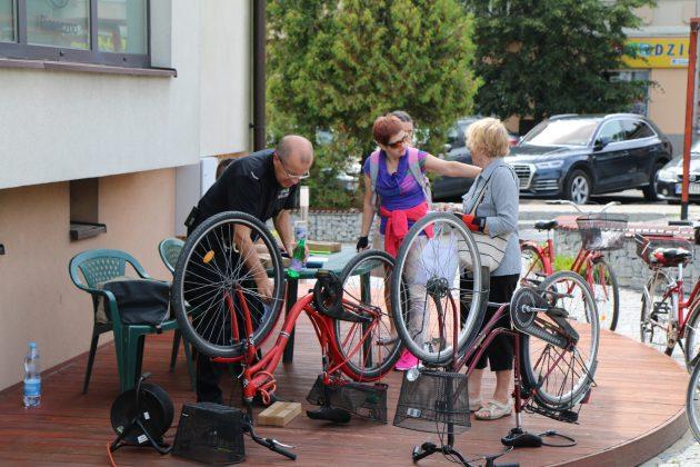 Strażnicy Miejscy podczas znakowania roweru