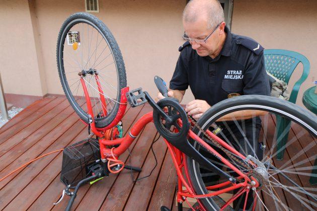 Strażnik Miejski podczas znakowania roweru
