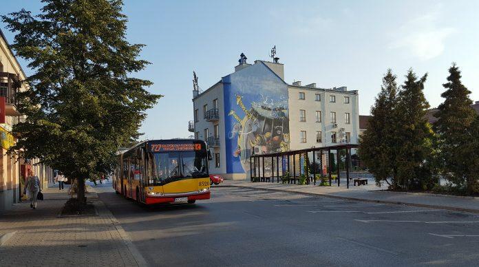 Autobus 727 na ul. Kościuszki w Piasecznie