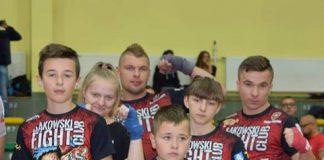 Zawodnicy Axendor Kickboxing Team Bąkowski Fight Club z medalami