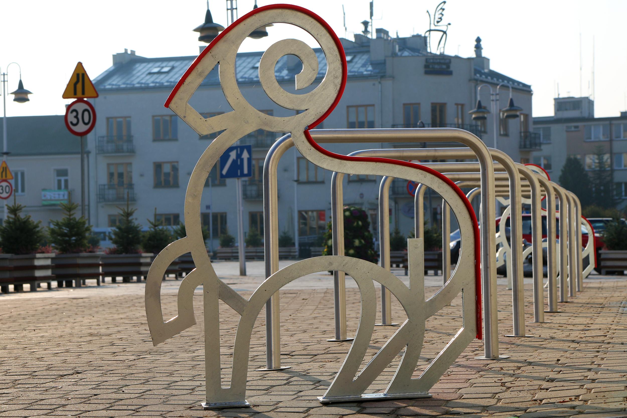 Stojaki na rowery w kształcie piaseczyńskiego barana to przykład realizacji projektu w ramach Budżetu Obywatelskiego
