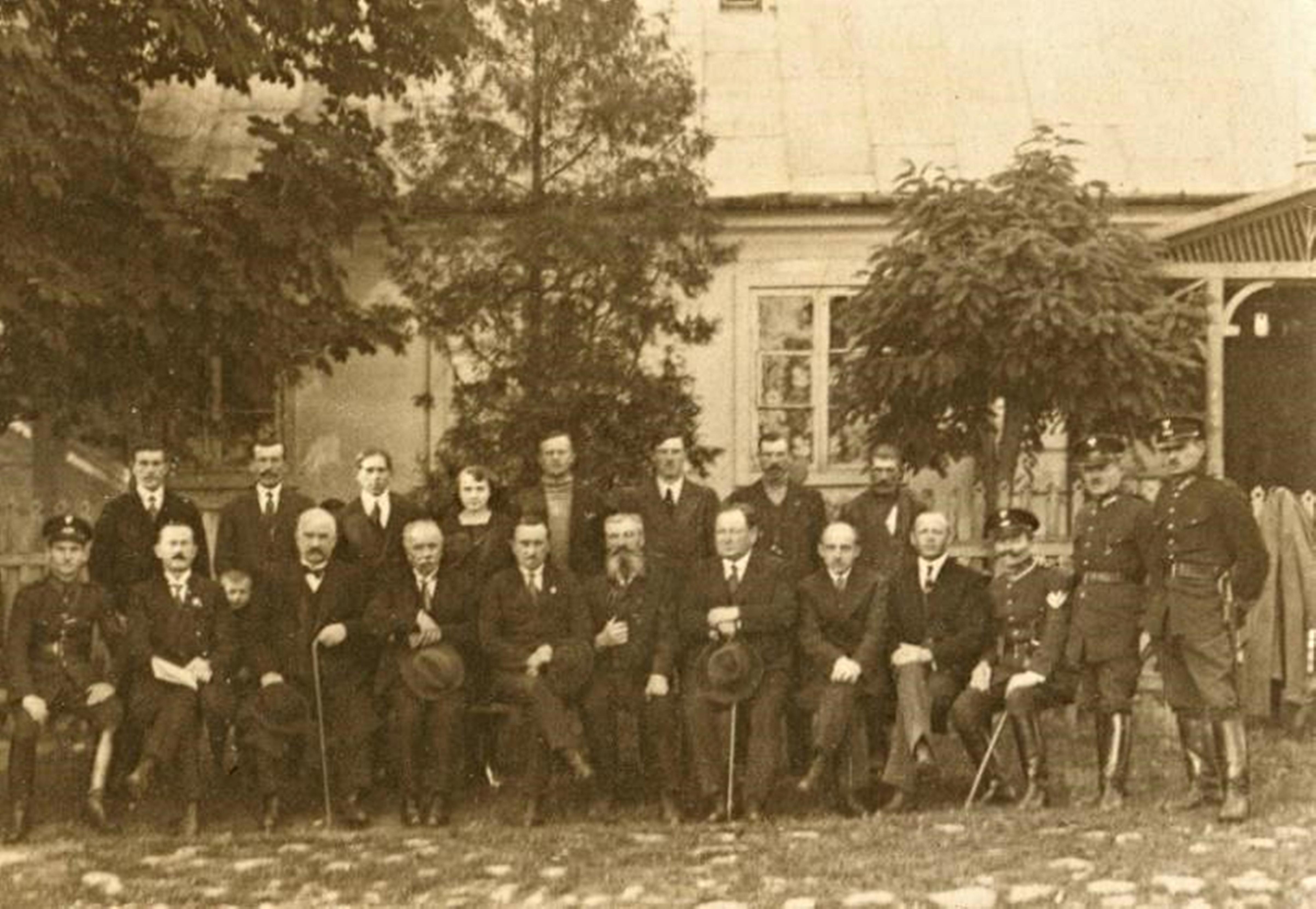 Widok z 1925 roku - plebania z fragmentem drewnianego ganku. Foto zbiory muzeum.