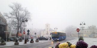 Autobus linii L-2 na tle Ratusza w Piasecznie