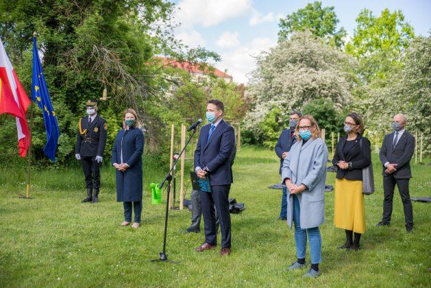 30 lecie samorządności - sadzenie jabłoni na Polu Mokotowskim w Warszawie