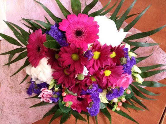 bukiet kwiatów dla Jubilatki obchodzącej setne urodziny